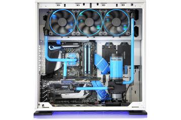 Custom-Wasserkühlung mit HardTubes und pastelblauer Kühlflüssigkeit