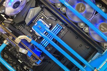 Custom-Wasserkühlung mit HardTubes, Distroplate und blauer Kühlflüssigkeit