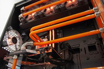 Custom-Wasserkühlung mit HardTubes, Distroplate und orangener Kühlflüssigkeit