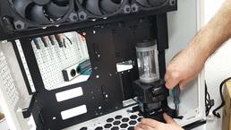 Pumpe mit Ausgleichsbehälter wird montiert