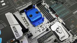 Mainboard mit montiertem Prozessor und Wasserkühler