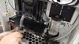 Die Wasseranschlüsse werden am Grafikkartenkühler angeschraubt.